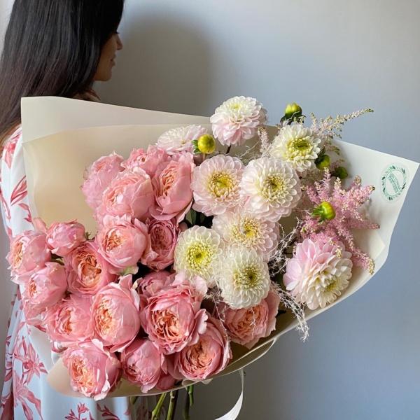 Букет №41, авторский букет, Букет из пионовидных роз, букет с георгинами, Георгины, кустовые розы, нежный букет, персиковая пионовидная роза, пионовидная роза, роза джульетта, роза пудровая, стильный букет, шикарный букет,