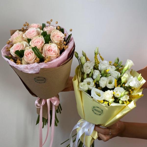 Букет №67, белый букет, букет в школу, букет из роз, букет комплимент, букет на 1 сентября, букет с белым лизиантусом, букет с лизиантусами, букет учителю, мини букеты, цветы на 1 сентября, цветы учителю,