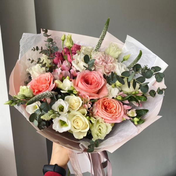 Букет №18, альстромерия, букет из роз, букет с розами, вероника, кустовые розы, нежный букет, персиковые розы, пионовидные розы, пудровые розы, фрезия, эвкалипт,