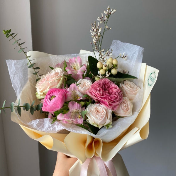 Букет №71, альстромерия мини, Букет из пионовидных роз, букет с пионовидными розами, гениста, пионовидные розы, ранункулюс, хиперикум, эвкалипт,