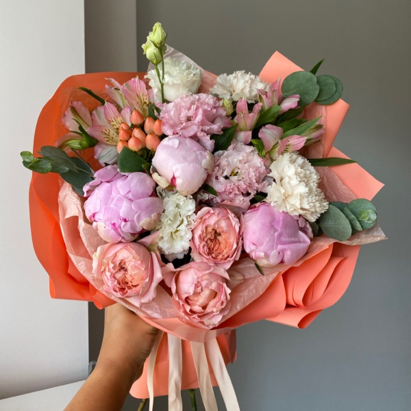 Букет №23, альстромерия, лизиантус, пионы, пудровые розы, роза джульетта, хиперикум, эвкалипт,