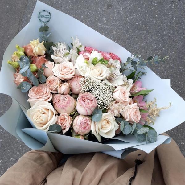 Букет №31, авторский букет, бело-розовый букет, ваксфлауэр, красивый букет, матрикария бая, нежный букет, пудровые розы, пудровый букет, роза кустовая, розовый букет, стильный букет,