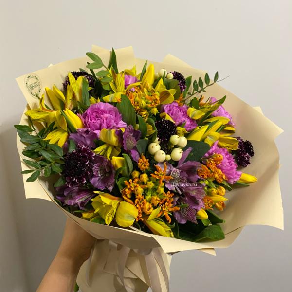 Букет №69, альстромерия, букет с тюльпанами, весенний букет, матиола, нарцисс желтый, скабиоза, фрезия,
