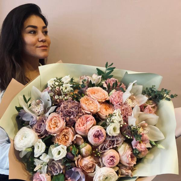 Букет №40, ваксфлауэр, диантус, лизиантус, орхидея цимбидиум, пионовидные розы, ранункулюс, роза джульетта, сиренвая роза, эвкалипт,