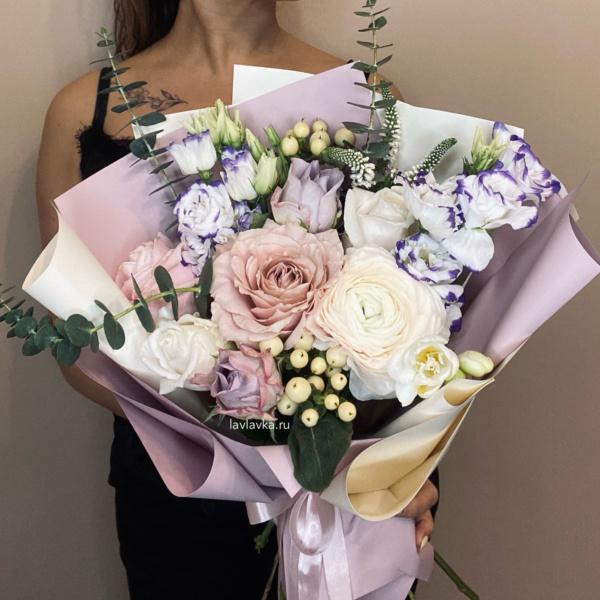 Букет №45, авторский букет, белые розы, белые фрезии, букет из ранункулюсов, букет с белыми розами, букет с лизиантусами, букет с розами, вероника, лизиантус, пудровая композиция, пудровый букет, ранункулюс, розы, стильный букет, фрезия,