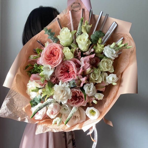 Букет №60, букет из кустовых роз, букет с лизиантусами, лизиантус, пионовидные розы, полевой букет, Рапис, розовый букет,