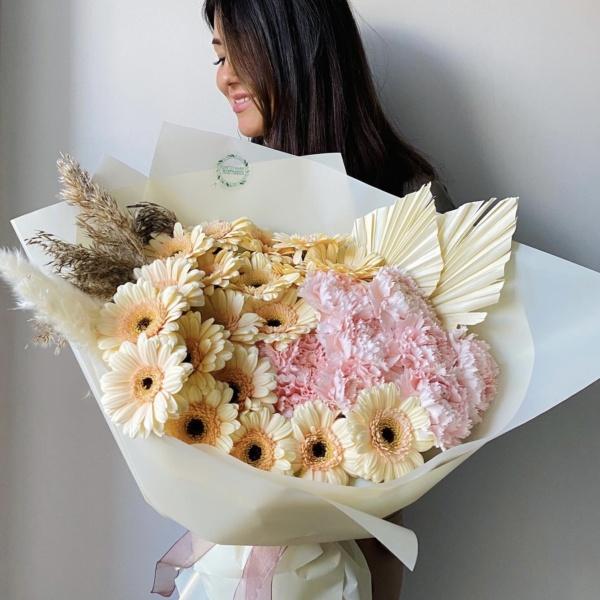 Букет №76, авторский букет, букет для любимой, букет для мамы, букет с герберами, гвоздика, герберы, нежный букет, стильный букет, цветы в подарок, эффектный букет,