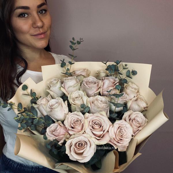 Букет №21, букет из роз, пудровые розы, пудровый букет, розовый букет, эвкалипт,