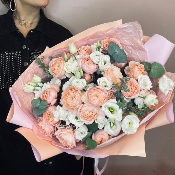 Букет №28, авторский букет, белый лизиантус, Персиковый букет, пионовидные розы, роза джульетта, стильный букет, эвкалипт ценарея,